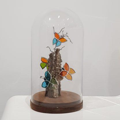 Globe en verre et bois recevant une composition de vitrail et bois flotté