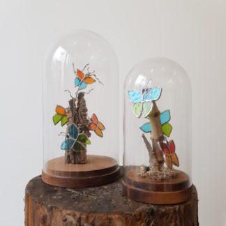 Globes en verre et bois recevant une composition de vitrail et bois flotté